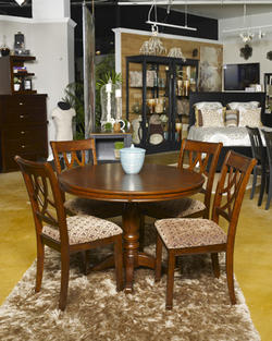 Leahlyn Round DiningTable